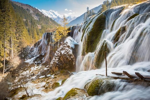 Zima w pearl shoal waterfall, rezerwat przyrody jiuzhaigou, prowincja sichuan, chiny w aut