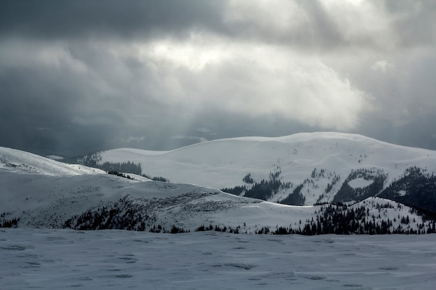 Zima widok górski w karpackich górach z dramatycznymi chmurami