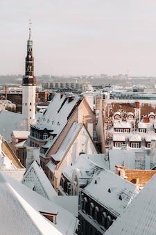 Zima widok na stare miasto w tallinie. pokryte śniegiem miasto w pobliżu morza bałtyckiego. estonia