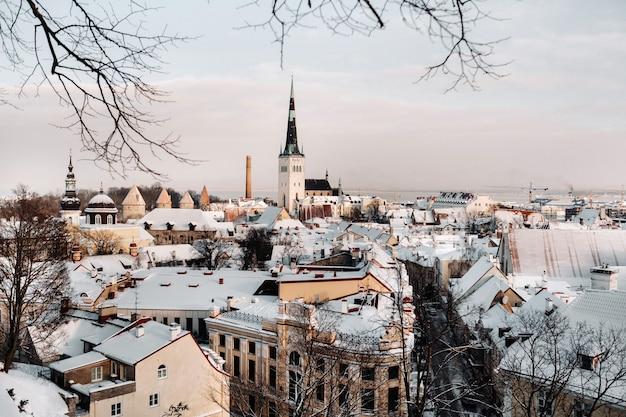 Zima widok na stare miasto w tallinie. pokryte śniegiem miasto w pobliżu morza bałtyckiego. estonia.