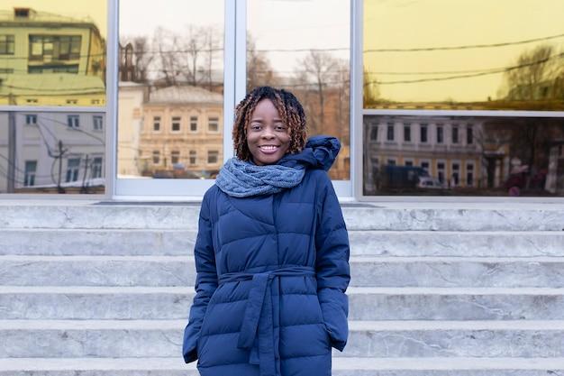 Zimą z centrum biznesowego wyłania się piękny afroamerykanin