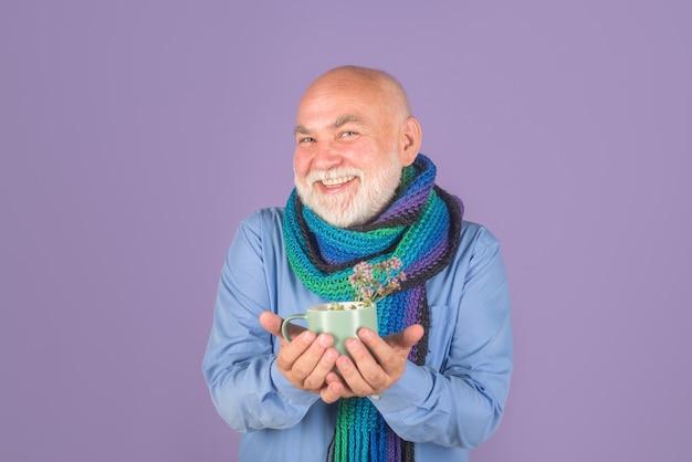 Zimna grypa człowiek z lekarstwem herbata zdrowie herbata lekarstwo chory człowiek picie herbata lekarstwo leczenie opieka zdrowotna
