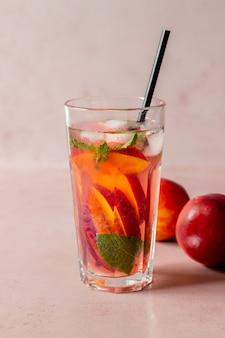 Zimna herbata brzoskwiniowa z miętą. zimne napoje. zdrowe odżywianie. jedzenie wegetariańskie.