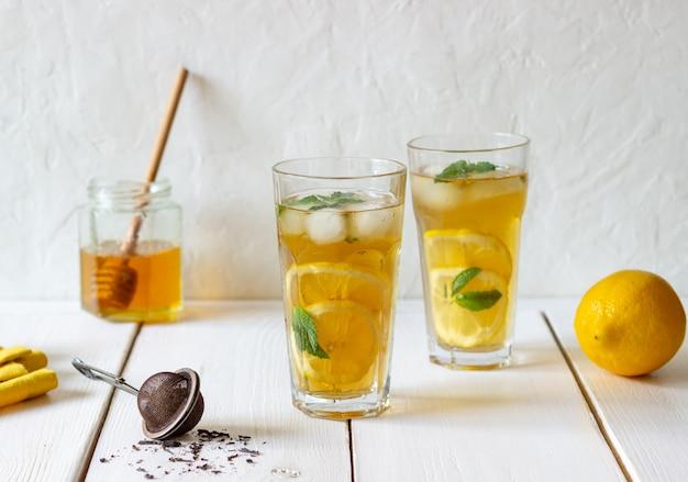Zimna herbata z cytryną i miętą. letni napój. zdrowe odżywianie. jedzenie wegetariańskie. dieta.
