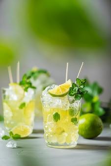 Zimna herbata z limonką, miętą i lodem