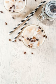 Zimna kawa mrożona z mlekiem i kostkami lodu