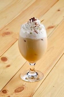 Zimna kawa raf w przezroczystym szkle na drewnianym