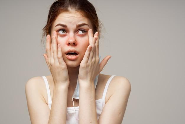 Zimna kobieta maska medyczna infekcja czerwonego nosa