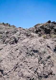 Zimna lawa wulkaniczna w kraterze wezuwiusza - neapol - włochy
