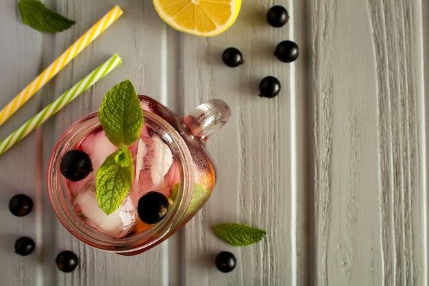 Zimna lemoniada z czarną porzeczką, cytryną i miętą