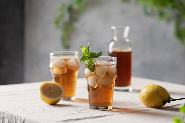 Zimna letnia herbata z cytryną i miętą,