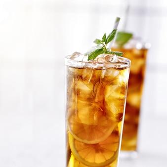 Zimna mrożona herbata z miętą i pokrojonymi w plasterki cytrynami