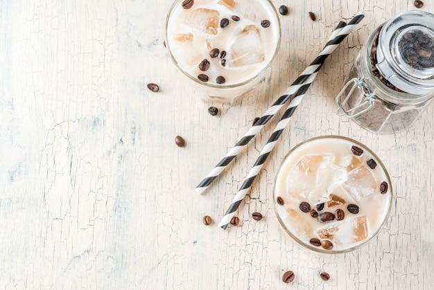 Zimna, mrożona kawa latem frappe z mlekiem i kostkami lodu