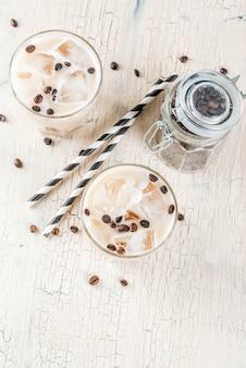 Zimna, mrożona kawa latem z mlekiem i kostkami lodu