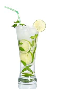 Zimna mrożona lemoniada z cytrynami i miętą