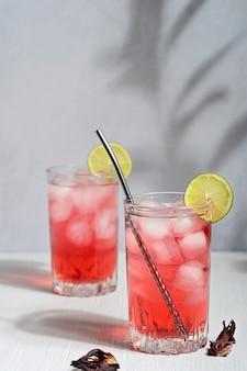 Zimna orzeźwiająca herbata ziołowa z hibiskusa z suszonych kwiatów podawana latem z kostkami lodu