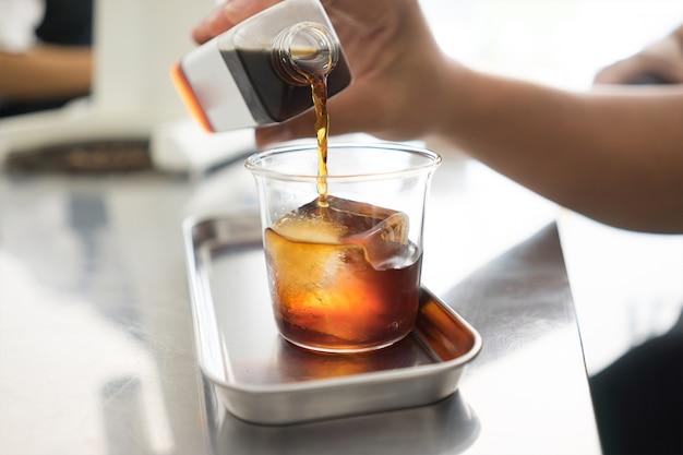 Zimna parzenie kawy z kostką lodu