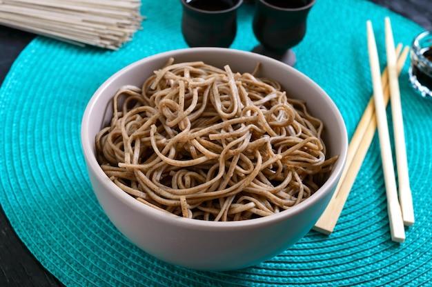 Zimna soba (makaron gryczany) z sosem i sezamem. japońskie jedzenie. tradycyjna kuchnia azjatycka - makaron z mąki gryczanej.