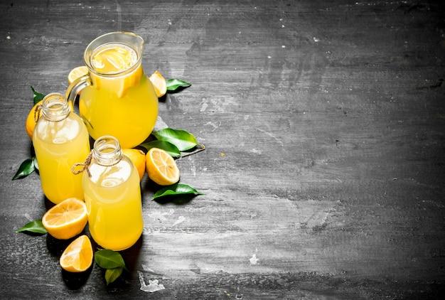 Zimna świeża lemoniada z kawałkami dojrzałych cytryn.