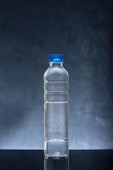 Zimna świeża woda w plastikowej butelce