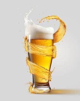 Zimna szklanka piwa i plusk wokół niej na szarym tle