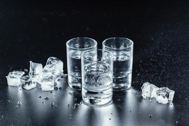 Zimna wódka w kieliszkach