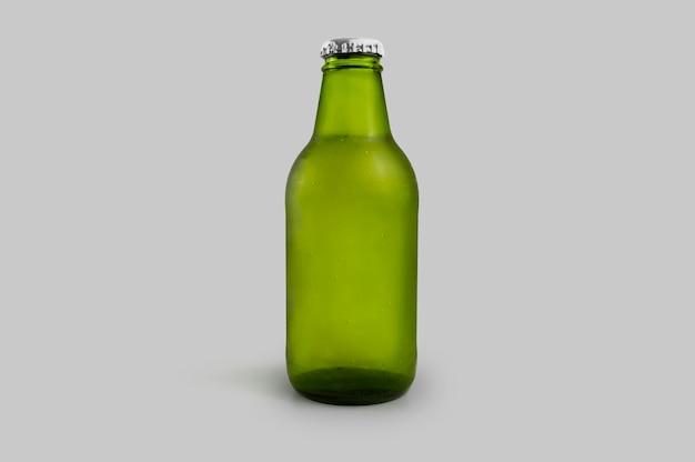 Zimna zielona butelka piwa na białym tle