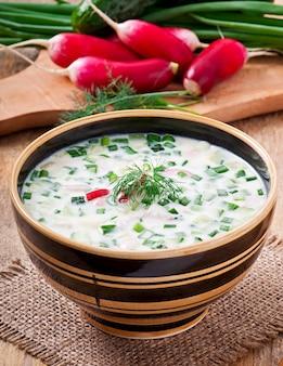 Zimna zupa jarzynowa z kefirem z jajkami i zieleniną