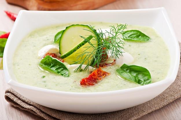 Zimna zupa ogórkowa z suszonymi pomidorami i mozzarellą