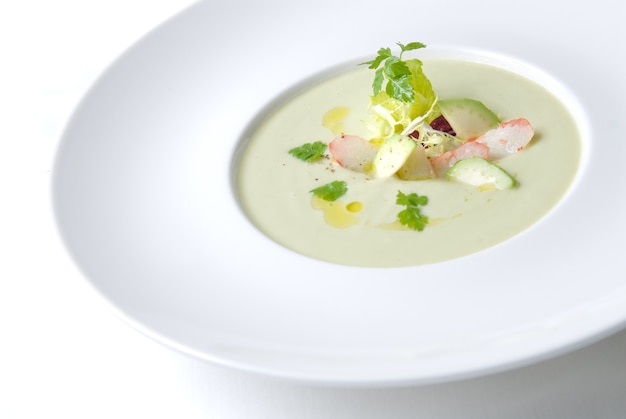 Zimna zupa z krabem na talerzu