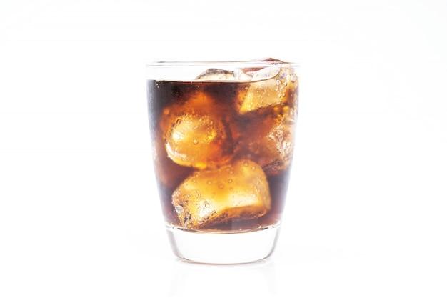 Zimne picie, soda z lodem, szklanka coli do gorącego i letniego napoju na białym tle