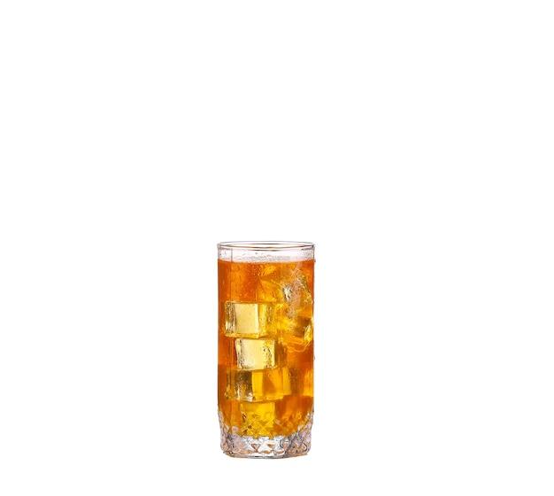 Zimne szklanki mrożonej herbaty z kostkami lodu, na białym tle na białym tle ze ścieżką przycinającą