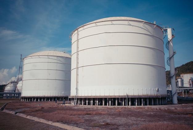 Zimno białych zbiorników zawierających gaz opałowy propan