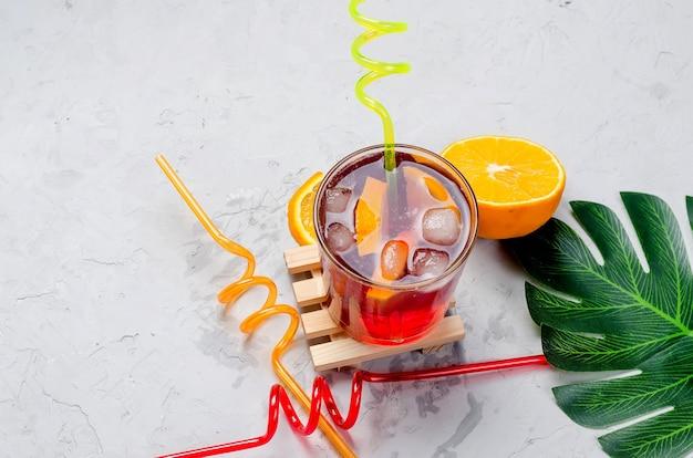 Zimno czerwony koktajl sangria z pomarańczą i lodem w szkle