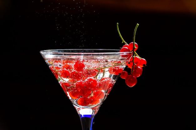 Zimny czerwony koktajl z czerwonych porzeczek