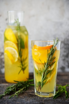 Zimny koktajl owocowy z lodem w szklance
