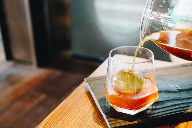 Zimny kroplowy czarny słoik do kawy ze szkłem i lodem w kawiarni i restauracji