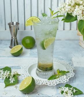 Zimny limonkowy koktajl na stole