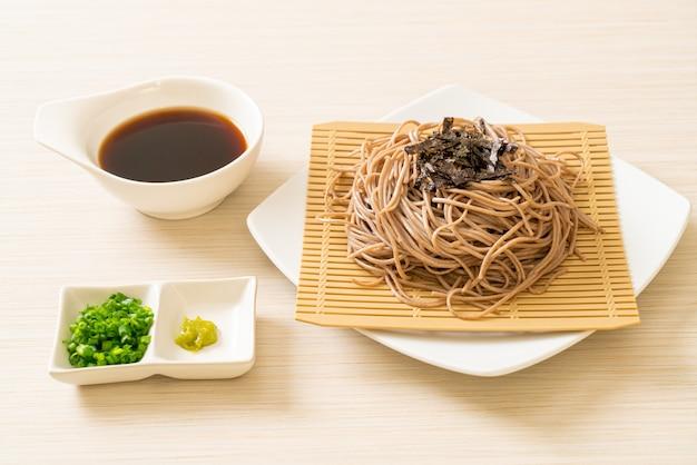 Zimny makaron gryczany soba lub zaru ramen, japońskie jedzenie