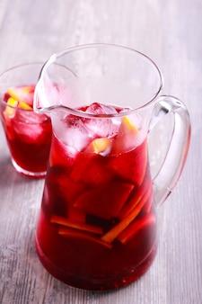 Zimny napój koktajlowy sangria w słoiku