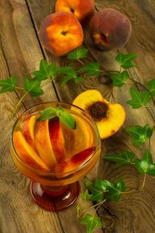 Zimny napój z brzoskwiniami