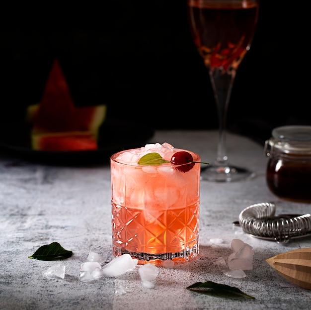 Zimny napój z układem kostek lodu