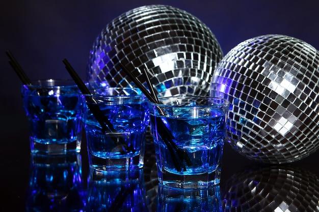 Zimny niebieski koktajl z disco ball