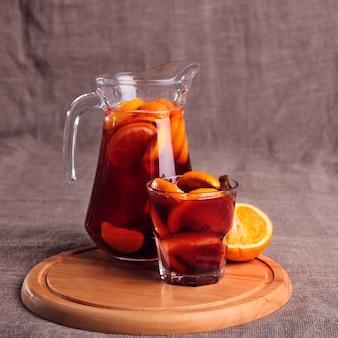 Zimny orzeźwiający napój z jagód w szkłach na drewnianym stole