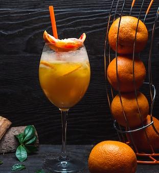 Zimny sok pomarańczowy z kawałkami pomarańczy