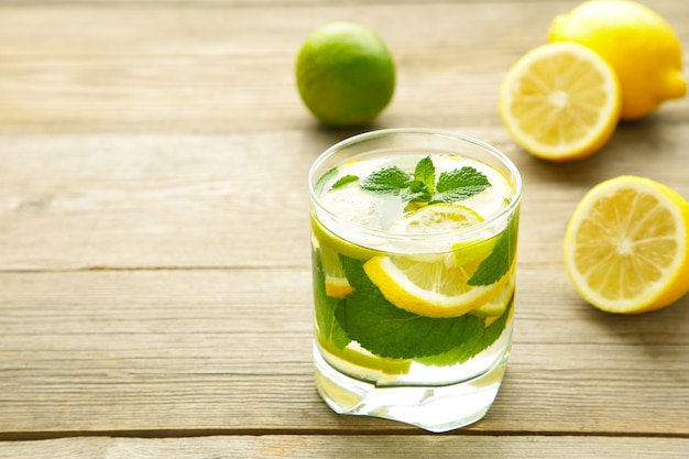 Zimny świeży lemoniada napój na szarym drewnianym tle