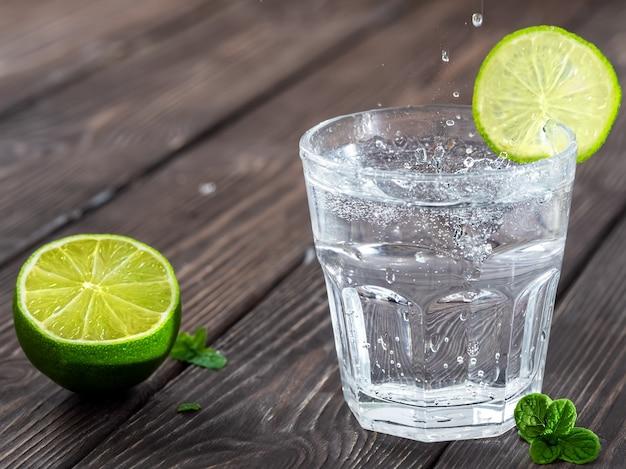 Zimny świeży napój lemoniadowy z limonką i miętą