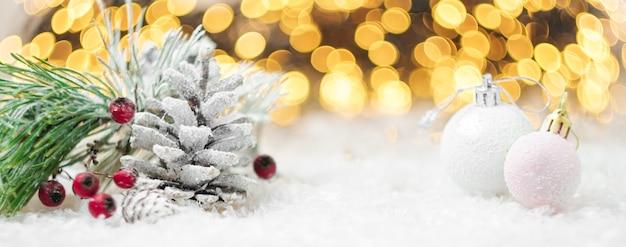 Zimowa dekoracja z różowymi kulkami i szyszkami