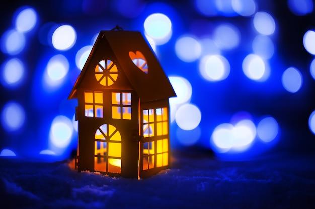 Zimowa dekoracja z świecznikiem. boże narodzenie tło.