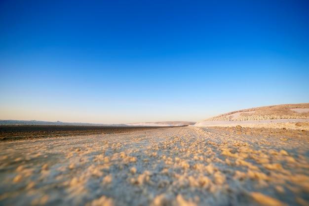 Zimowa droga przez zaśnieżone pola